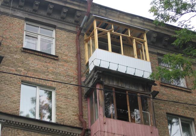 Общить балкон деревом