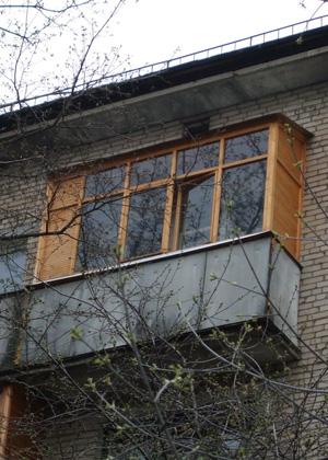 Остекление и отделка балкона деревом